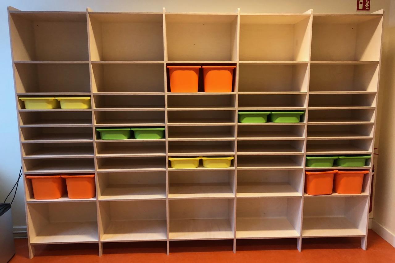 Open kast op maat gemaakt voor de opbergdozen van Ikea